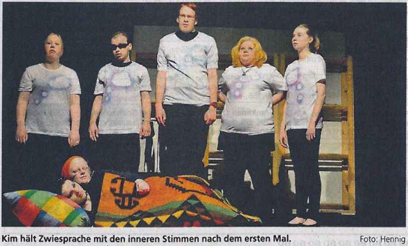 Foto aus einer Zeitung, wo Schüler auf einer Theaterbühne abgebildet sind.