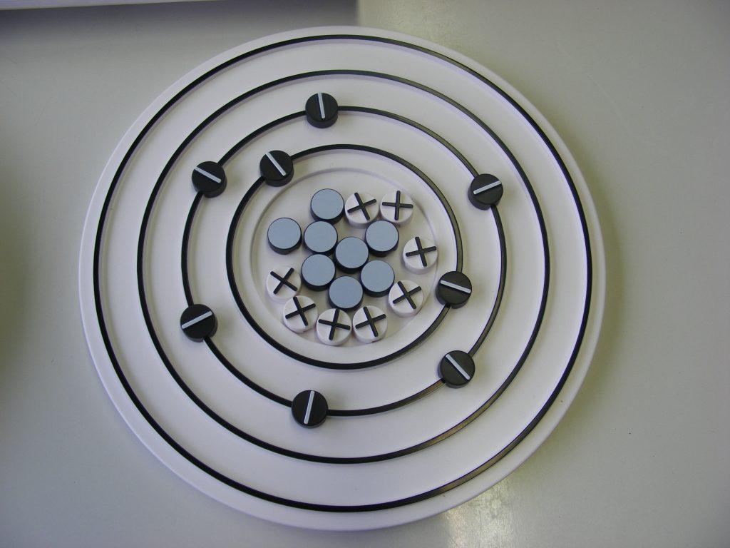 Ein Atommodell mit darin enthaltenen Modellen von Protonen, Elektronen und Neutronen