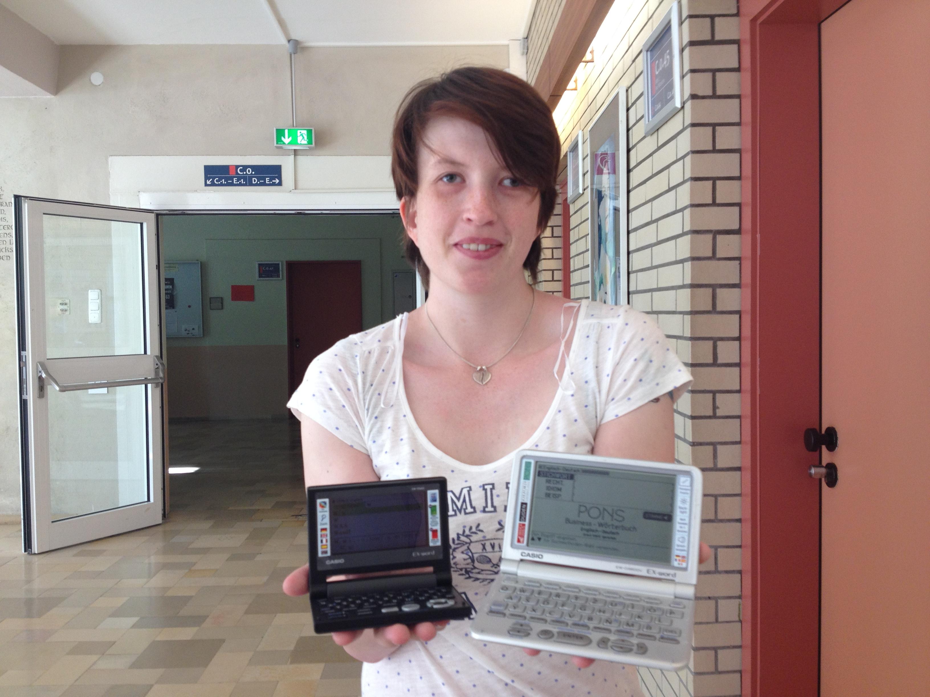 FOTO Anna mit 2 E-Wörterbüchern in der Berufsschule
