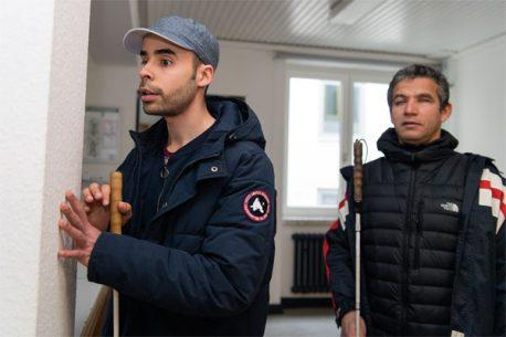 Ein Schüler wird von Juan Ruiz im Klick-Sonar geschult.