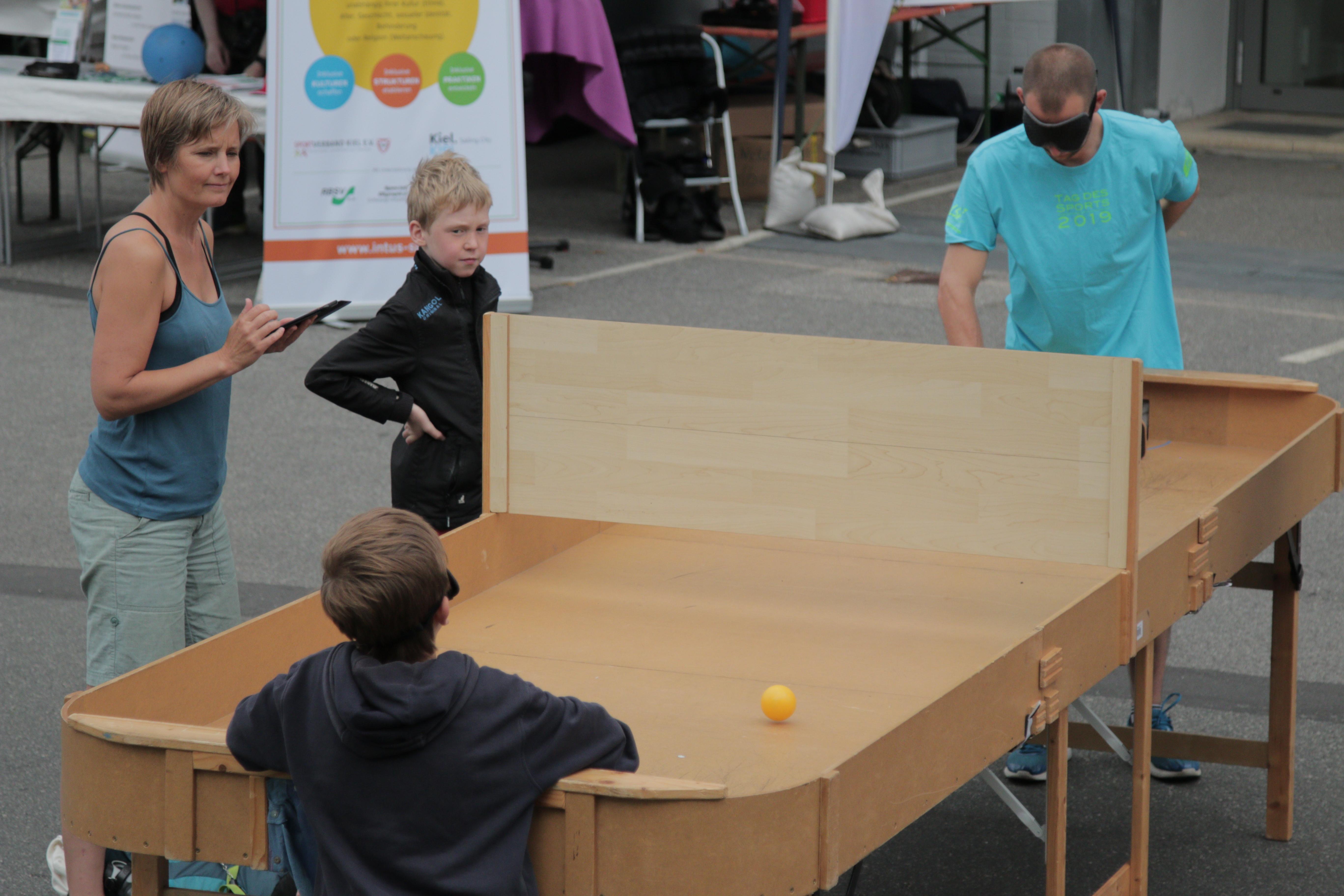 Herr Brammer vom LFS und ein Schüler spielen Show Down.