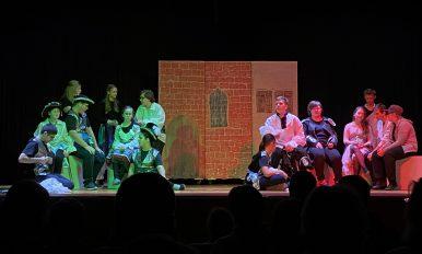 Ausschnitt aus dem Theaterstück: die beiden verfeindeten Lager
