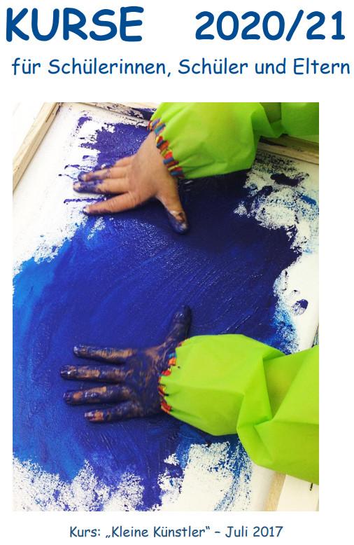 """Kurse 2020/21 Zwei malende Kinderhände auf blauem Untergrund - aus dem Kurs""""Kleine Künstler"""" aus 2017"""